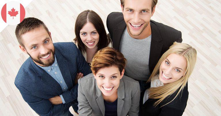 Groupe d'employés canadiens souriants