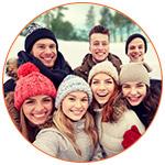 Groupe d'étudiants canadiens souriants prenant une photo