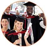 Groupe d'étudiants souriants diplomés