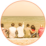 Groupe de jeunes étudiants de dos à la plage