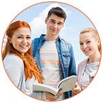 Groupe de 3 jeunes étudiants souriants