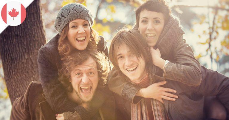 Groupe de 4 personnes expatriées françaises dans un parc