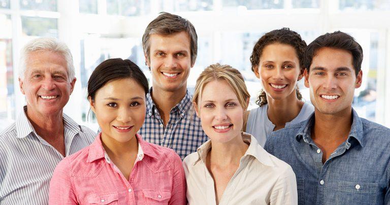 Photo d'un groupe d'expatriés français souriants