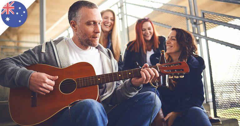 Groupe d'expatriés français qui jouent de la guitare