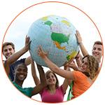 Groupe de jeunes adultes avec le globe terrestre à bout de bras
