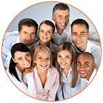 Groupe de 8 personnes souriantes