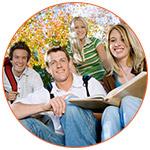 Groupe de 4 jeunes étudiants souriants