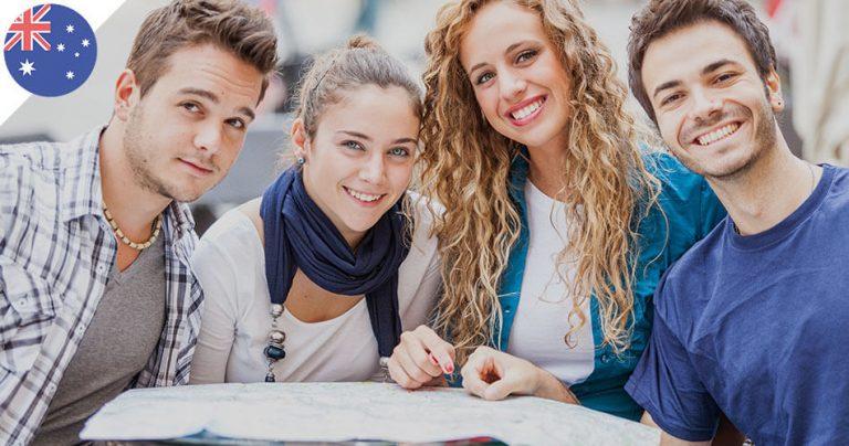 Groupe de 4 jeunes souriants autour d'une table