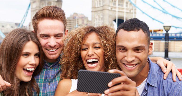 Groupe de jeunes touristes souriants à Londres