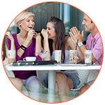 Groupe de personnes à la terrasse d'un café