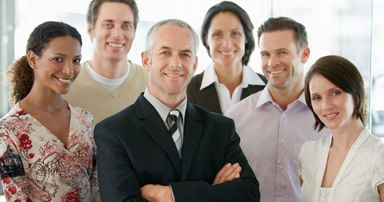 Groupe de professionnels souriant