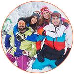 Groupe de skieurs souriants à la montagne dans la neige