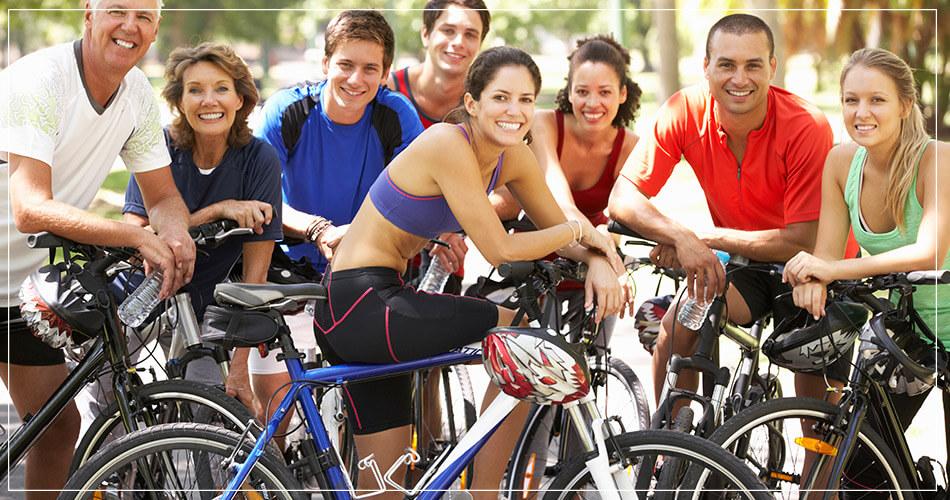 Groupe souriant de cyclistes