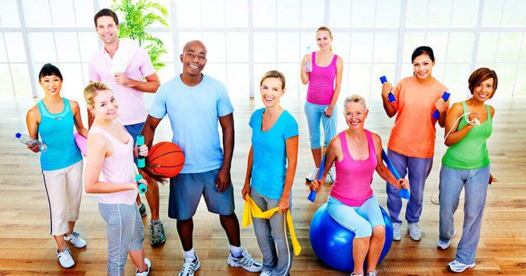 Groupe de sportifs tous les âges à la salle de gym