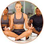 Groupe de 3 personnes pratiquant le yoga, posture méditation