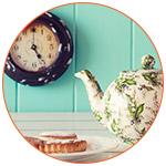 Une théière avec des gâteaux à l'heure du thé en Angleterre.