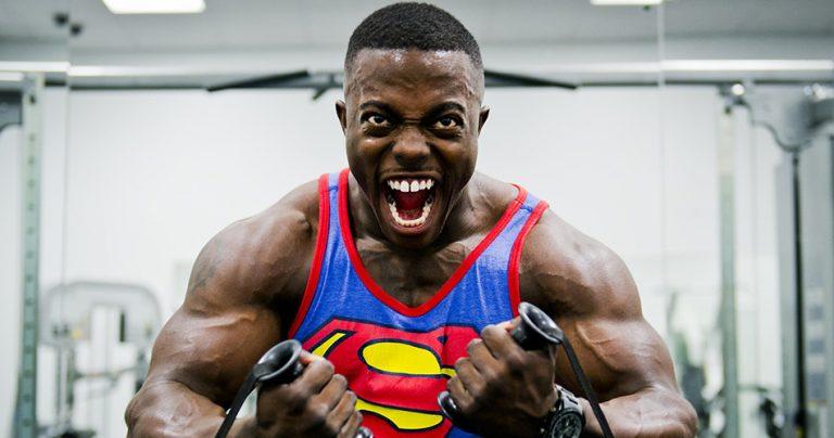 Bodybuilder expressif avec la rage du muscle