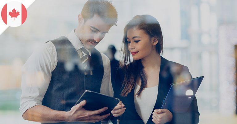 Jeune homme et jeune femme au travail avec une tablette