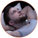 Homme pensif allongé dans son lit