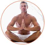 Homme en short blanc lors d'une séance de méditation