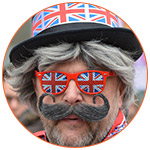 Homme moustachu avec lunettes et chapeau aux couleurs du drapeau Royaume-Uni