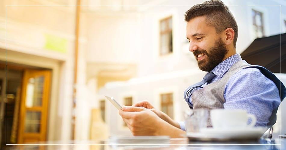 Homme qui transfert son argent via mobile