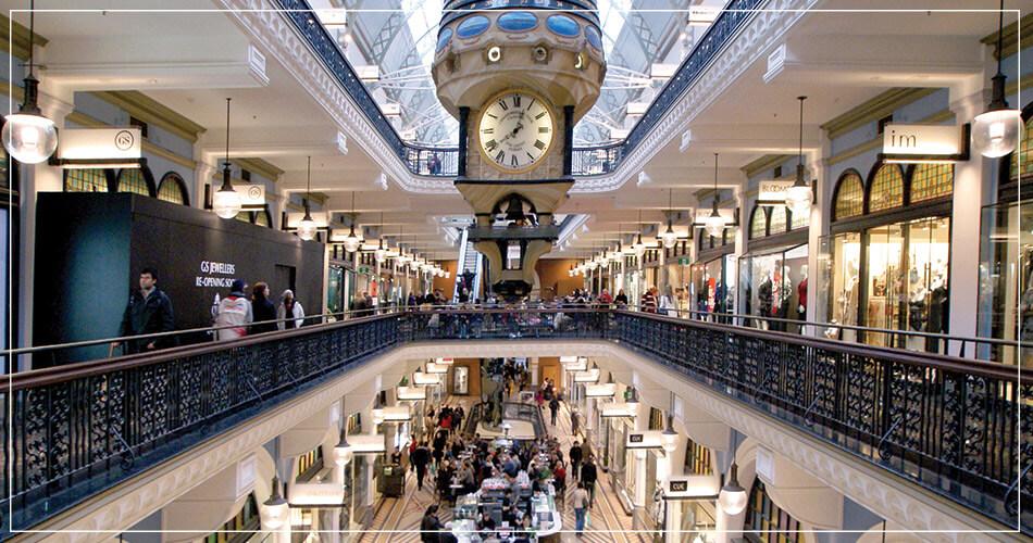 Intérieur d'un grand magasin de Sydney avec vue sur l'horloge