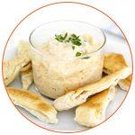 Photo d'un bol d'houmous et de pain pita