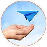 Illustration avec un avion en papier et 2 mains