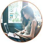 Jeune femme qui travaille sur son ordinateur portable - French Radar