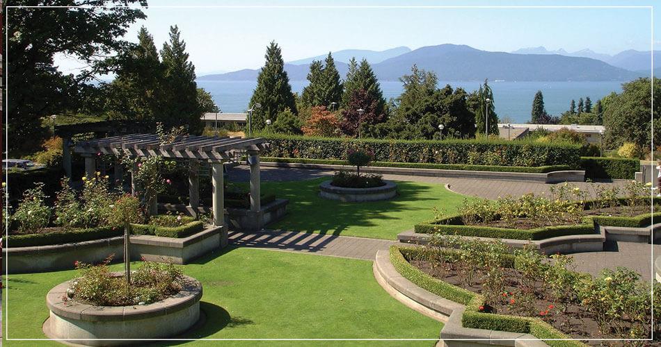 Jardin avec vue sur les montagnes et l'océan à Vancouver au Canada.