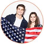 Jeune couple d'expatriés français aux USA avec drapeau américain