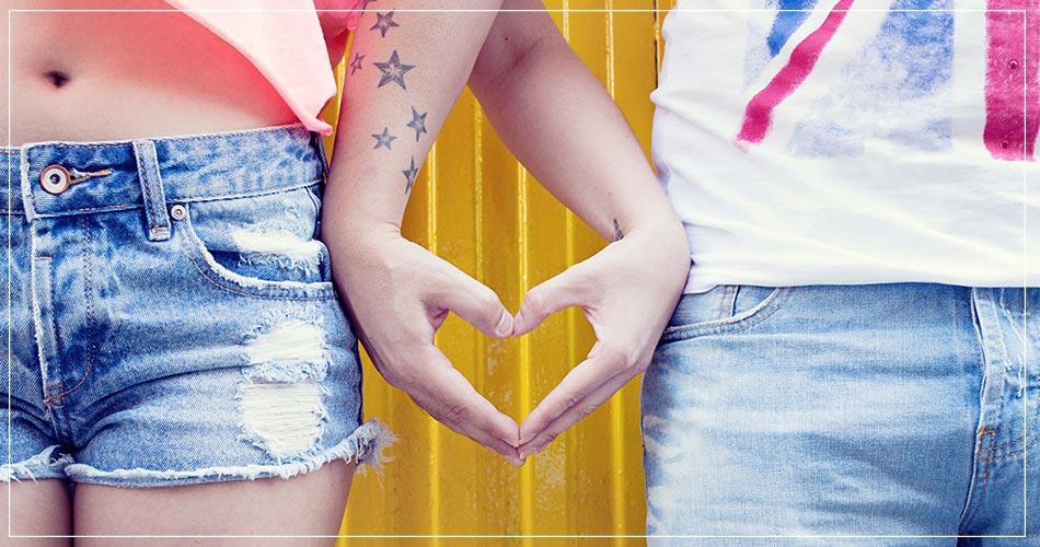 Mains d'un couple formant le symbole d'un coeur