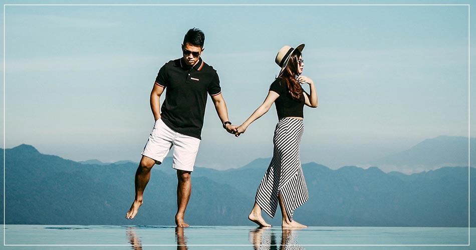 Jeune couple moderne marchant dans l'eau