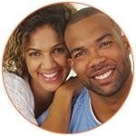 Jeune couple d'expatriés francophones souriants