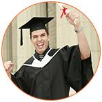 Jeune étudiant heureux brandissant son diplôme de l'université