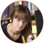 Jeune étudiante à lunettes studieuse devant son ordinateur