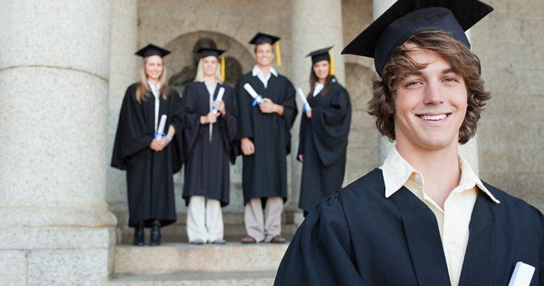 Jeune étudiant fraichement diplômé de l'université