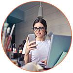 Jeune expatriée française avec son smartphone pour transférer de l'argent