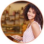 Jeune expatriée française souriante avec sa tablette inetrnet