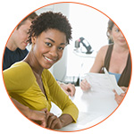 Jolie jeune afro souriante au bureau