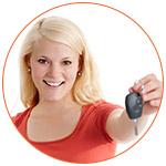 Jeune femme souriante qui présente son jeu de clé de voiture
