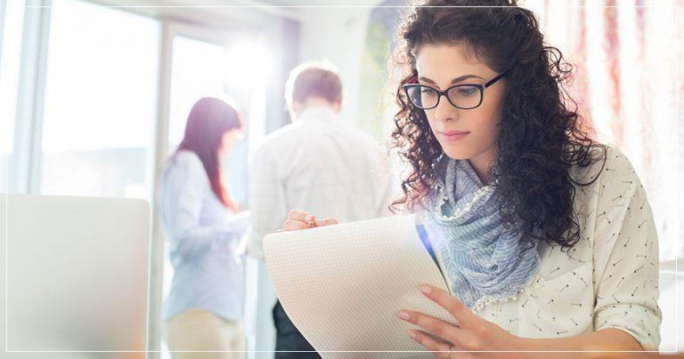 Jeune femme avec documents administratifs lors d'un déménagement