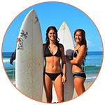2 jolies surfeuses sur une plage australienne