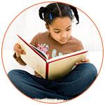 Jeune fillette avec un livre sur les genoux