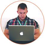 Jeune homme concentré sur son MacBook