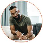 Jeune homme qui consulte le contenu de son Credit Report
