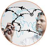 Jeune homme dessinant le trajet d'avions dans le monde