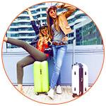 Jeunes adolescentes heureuses au moment du départ à l'aéroport