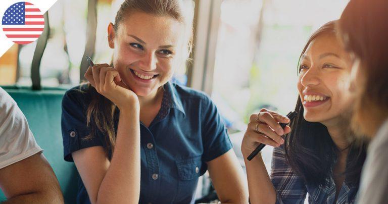Groupe de jeunes étudiantes souriantes dans un café aux USA